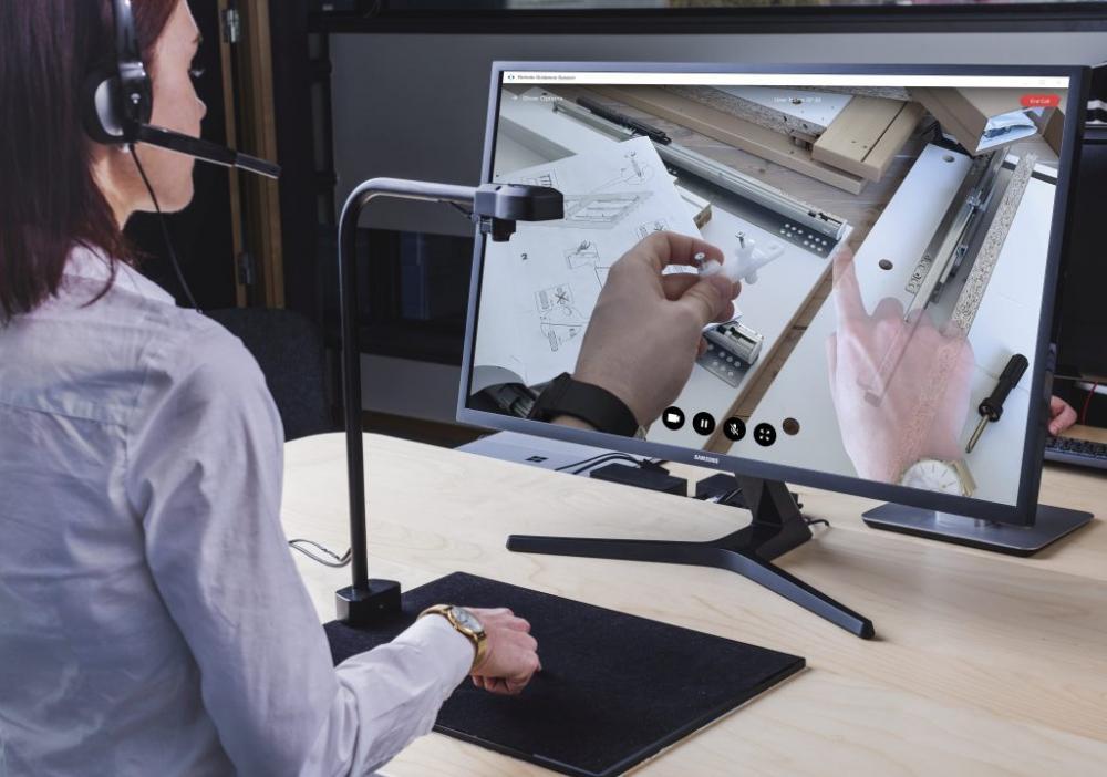 XMReality woman at computer